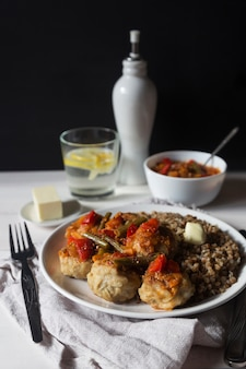 Fleischbällchen mit gemüsesoße und buchweizen