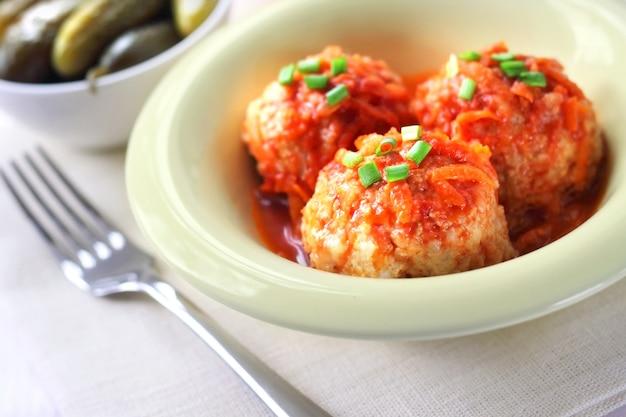 Fleischbällchen mit reis und tomatensauce