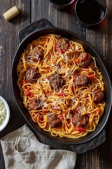 Fleischbällchen mit spaghetti, tomatensauce und parmesan. italienische küche.