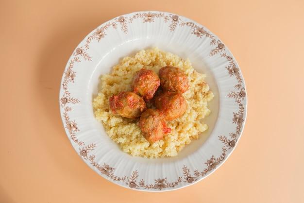 Fleischbällchen mit typisch marokkanischem couscous
