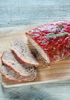 Fleischbrot mit tomatensauce bedeckt