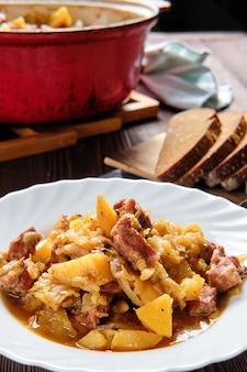Fleischeintopf mit kartoffel und kohl, draufsicht