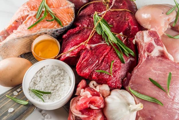 Fleischfressende proteindiät auf schneidebrett