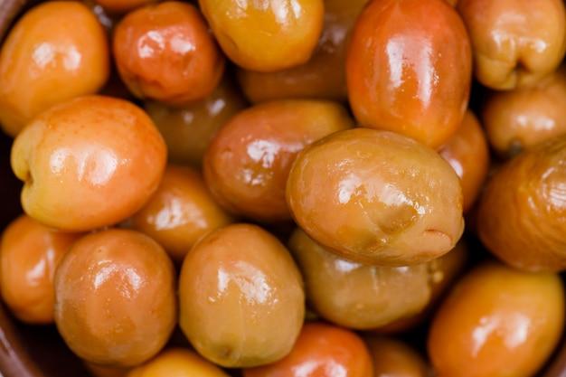 Fleischige und leckere oliven. nahansicht. horizontal.