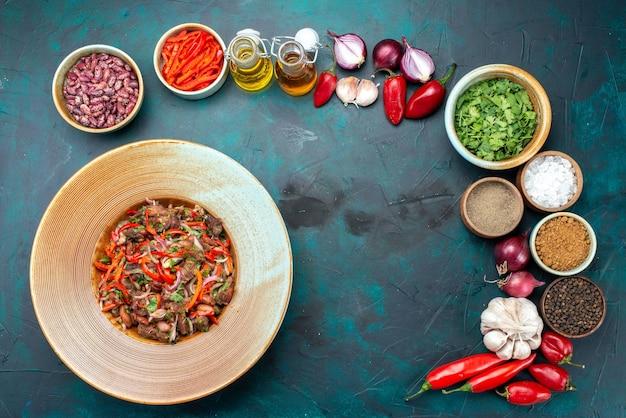 Fleischiger gemüsesalat von oben in der ferne in der platte zusammen mit gemüsegemüse auf dunkelblauem schreibtisch, salat mit lebensmittelzutaten