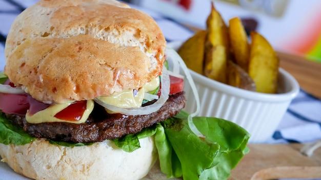 Fleischiger hamburger in einem restaurant