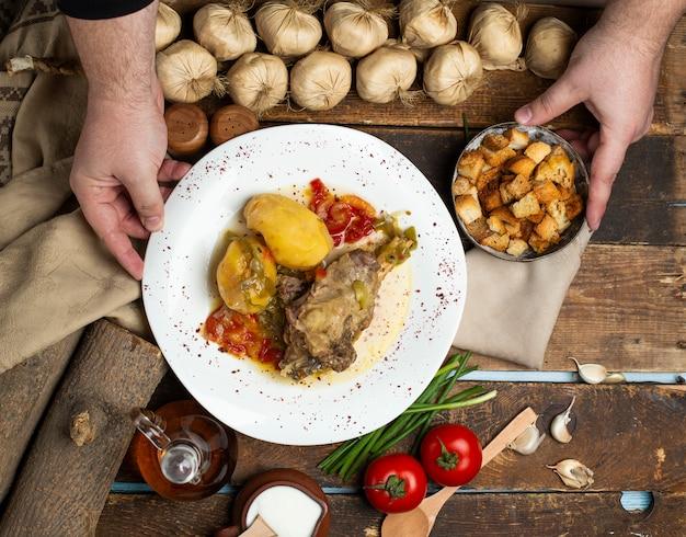 Fleischknocheneintopf mit kartoffeln in tomatensauce