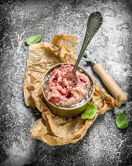 Fleischkonserven in einer blechdose.