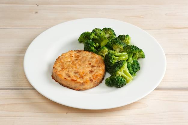 Fleischkotelett mit käse und brokkoli