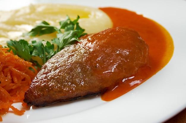 Fleischkotelett mit kartoffelpüree .close up