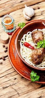 Fleischkoteletts und nudeln