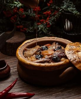 Fleischpastete mit turshu govurma und trockenen früchten.