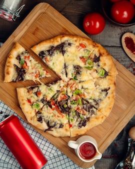 Fleischpizza mit draufsicht des gemüses