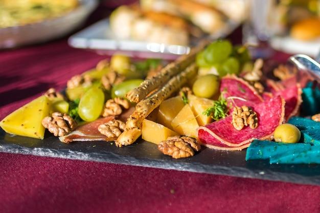 Fleischplatte mit nüssen, käse und honig