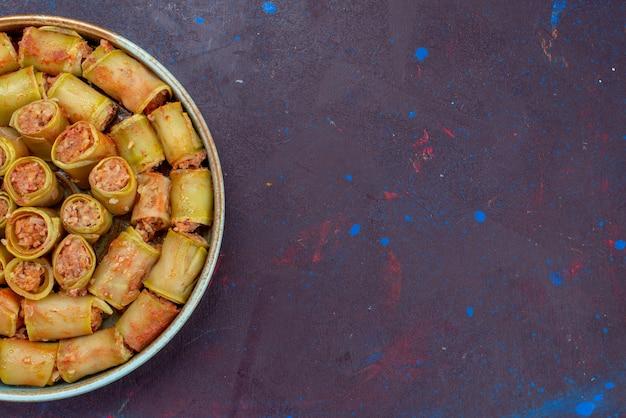 Fleischröllchen von oben aus der nähe mit gemüse in der pfanne auf dem dunklen hintergrund fleisch abendessen essen mahlzeit gemüse