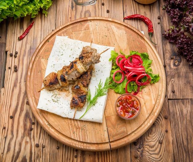Fleischrouladen gegrillt mit roter zwiebel und sumach auf pita