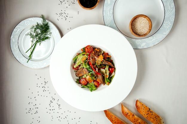 Fleischsalat mit gemüse auf dem tisch