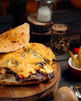 Fleischscheiben im brot mit geschmolzenem käse