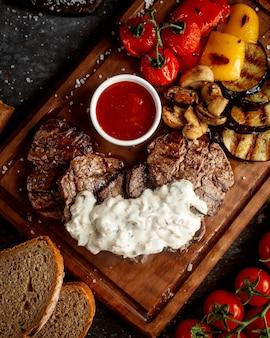 Fleischscheiben mit gebratenem gemüse und süßem chili