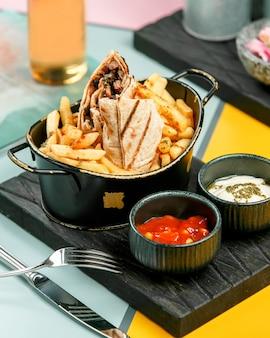 Fleischspender in lavash mit pommes frites