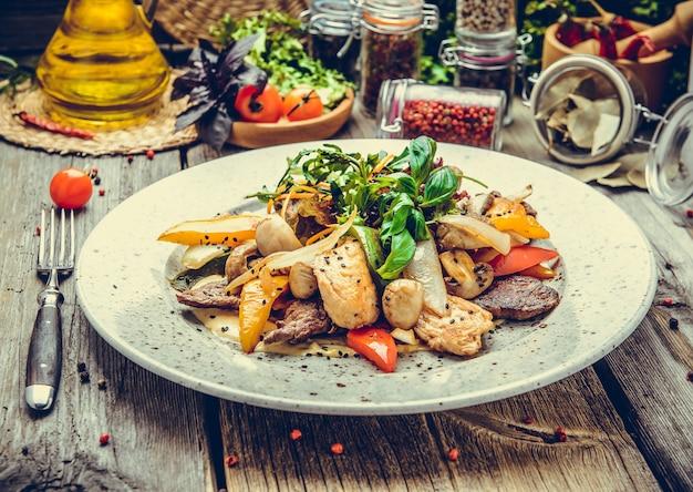 Fleischspiesse am spieß mit gebratenem gemüse, gegrilltem fisch, frühling, sommerpicknick