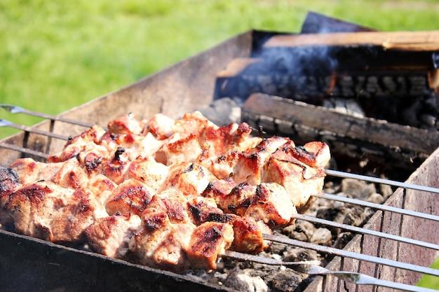 Fleischspieße, die im freien grillen