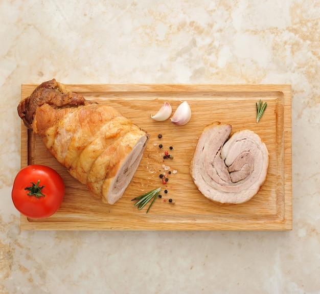 Fleischstück auf einem holzbrett