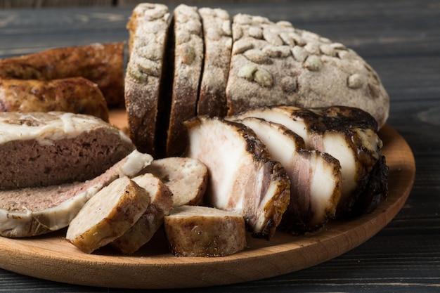 Fleischvorspeisen - wurst, schinken, speck mit frischem brot