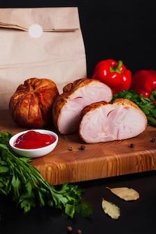 Fleischwurst auf einem brett mit sauce