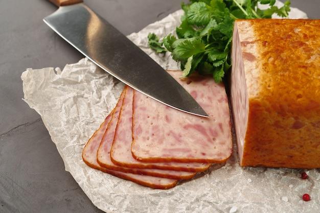 Fleischwurst auf pergament auf grau