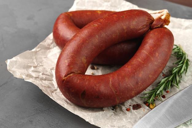 Fleischwurst auf pergament auf grauem hintergrund