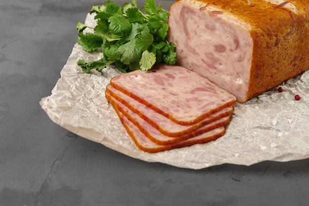 Fleischwurst auf pergament auf grauer nahaufnahme