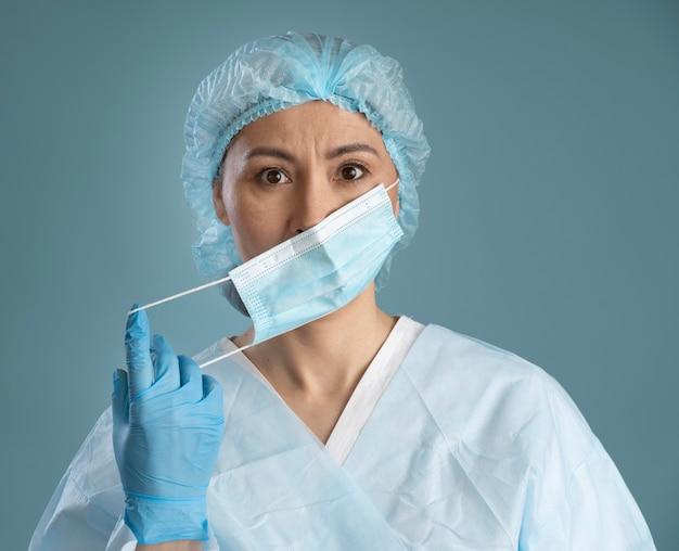 Fleißige krankenschwester mit medizinischer maske