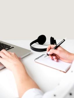 Fleißige person mit laptop und kopfhörer