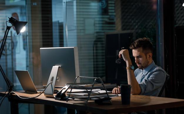Fleißiger mann allein im abendbüro