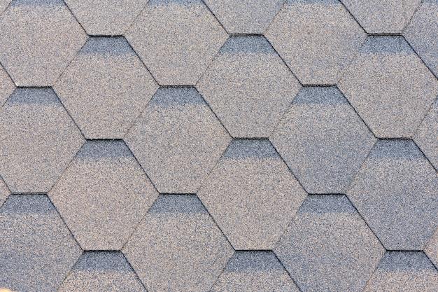 Flexible dachziegel. materialien für die dacheindeckung. asphaltschindel. dekorative bitumenschindeln textur hintergrund. ansicht von oben hautnah.