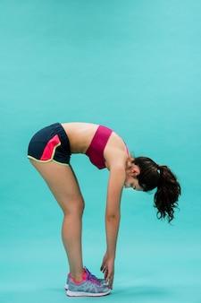 Flexible frau berührt den boden Kostenlose Fotos