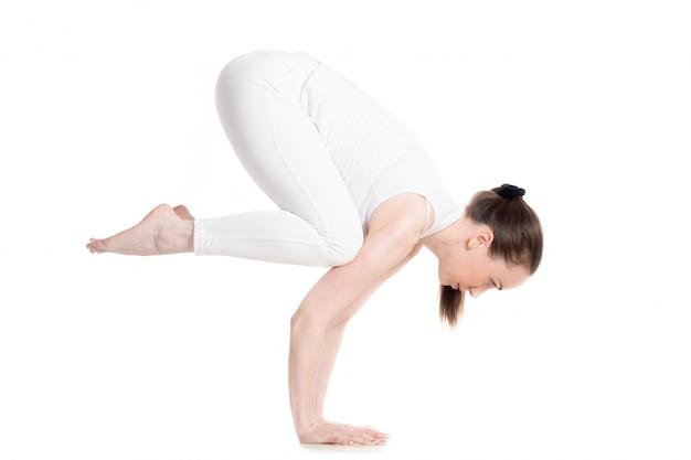 Flexible frau, eine akrobatische haltung tun