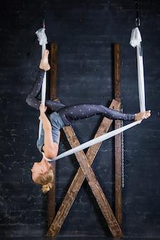 Flexible passform junge sportliche frau üben aerial yoga auf hängematte
