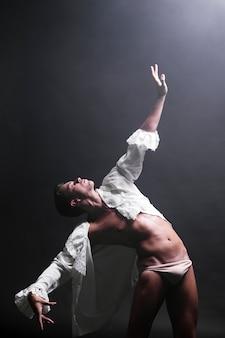 Flexibler mann, der heraus hand ausdehnt, um zu glühen