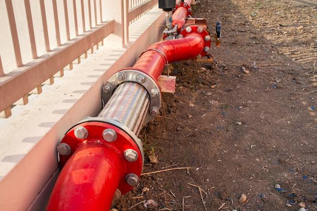 Flexibles edelstahlrohr mit rotem stahlrohr und ventil für feuerlöschanlage
