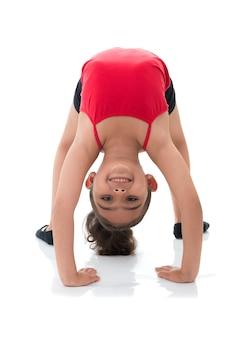 Flexibles junges mädchen, das rückwärts schaut