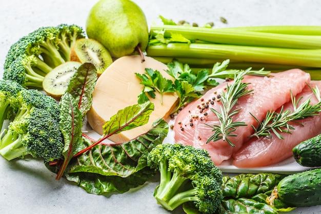 Flexitäres diätkonzept, draufsicht. viel obst und gemüse, wenig fleisch und milchprodukte.