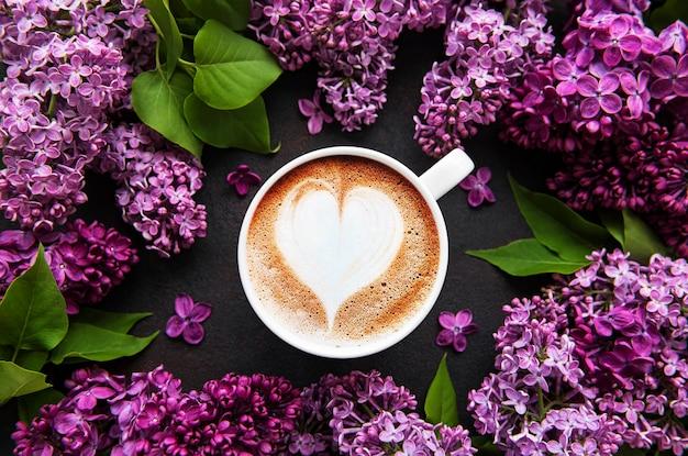 Flieder und eine tasse kaffee