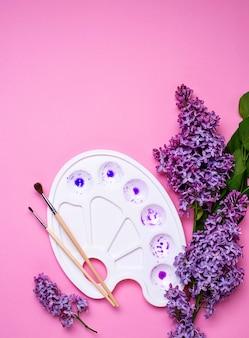 Flieder- und künstlerpalette mit violetter farbe