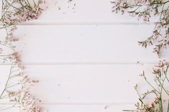 Flieder winzige Blumen über einem Holztisch mit Platz in der Mitte