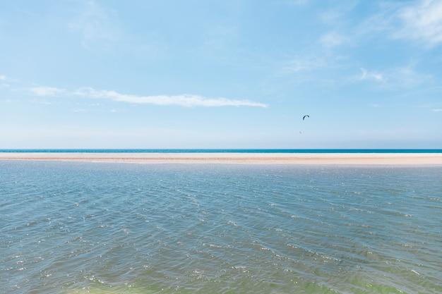 Fliegen mit fallschirm an einer exotischen küste