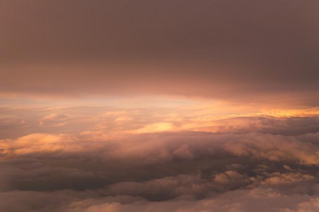 Fliegen über bergen und fjorde in norwegen.