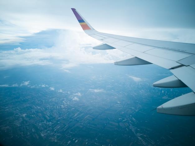 Fliegen und reisen, blick aus dem flugzeugfenster