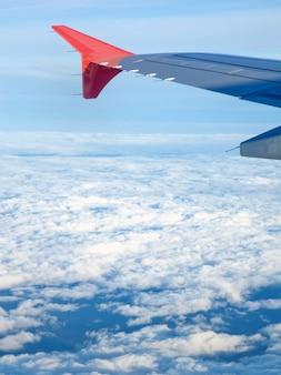 Fliegen und reisen, blick vom flugzeugfenster auf den flügel.